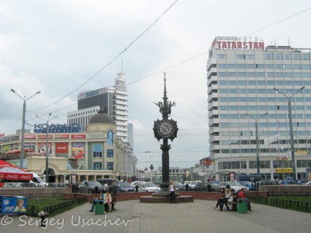 Уличные часы в конце улицы Баумана