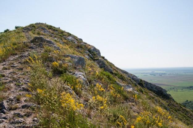Вид со второй вершины на самую высокую точку горы Юрактау