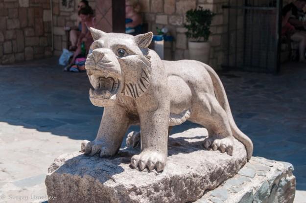 Скульптура на входе в зоопарк