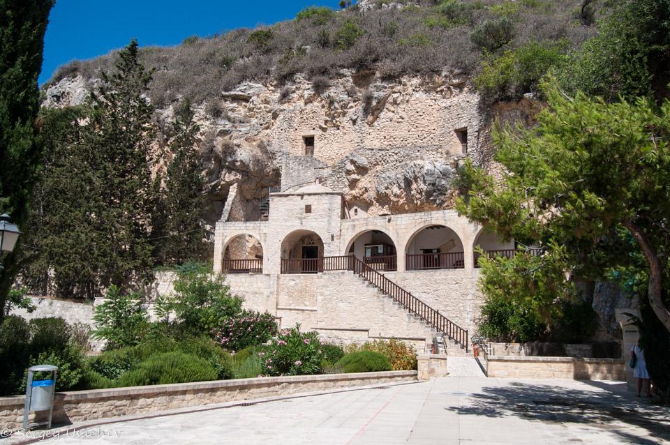Кельи, вырубленные в скале святым Неофитом