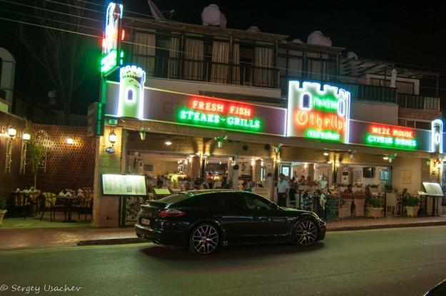 Ночное авеню коралловой бухты (Coral Bay Ave)