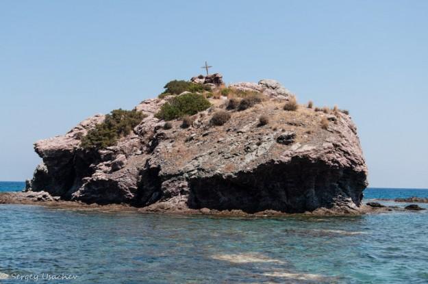 Скала-остров у купальни Афродиты
