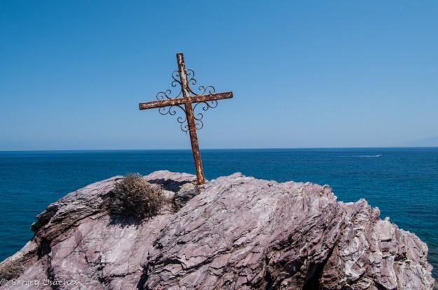 Крест на скале-острове у купальни Афродиты