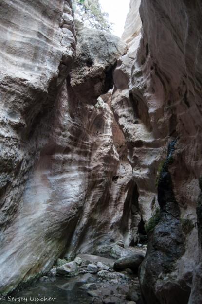 Зависший между скал камень