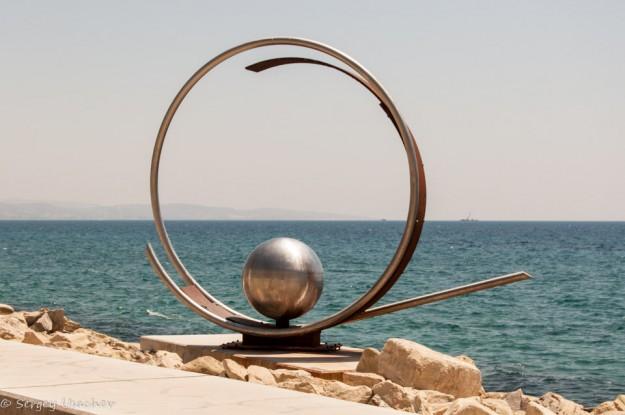 Скульптура на набережной Лимассола