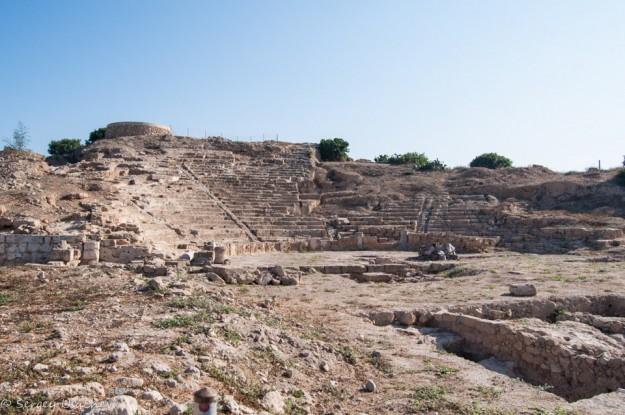 Античный театр (Ruins of Hellenic Theatre) вид с дороги