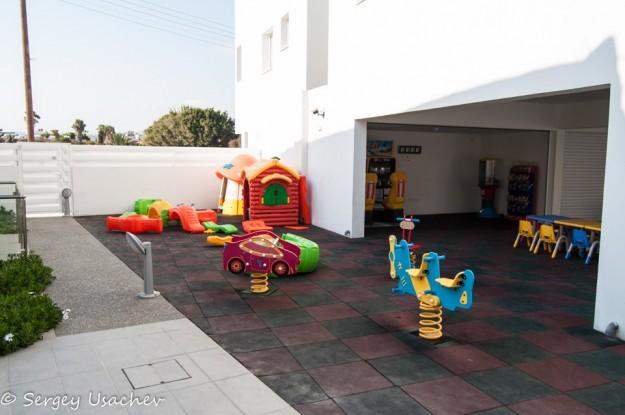 Детская площадка, слева выход на море и парковку отеля