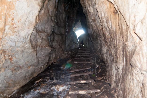 Пещера Ледовая на спуске лежит лёд