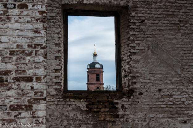 Церковь в окне завода
