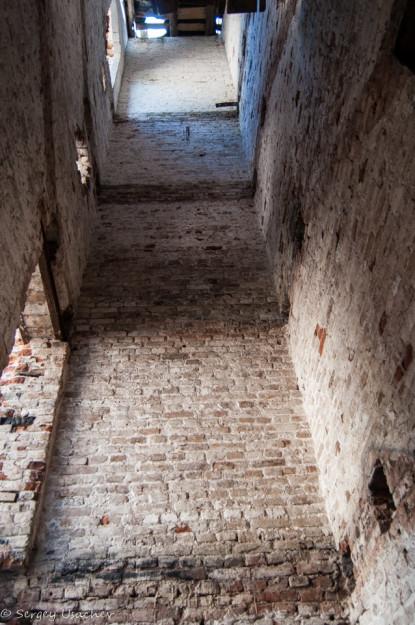 На стенах сохранились следы лестничных маршей