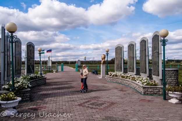 Памятные стелы с именами погибших