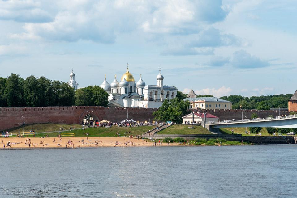 Городской пляж и вход в Новгородский кремль
