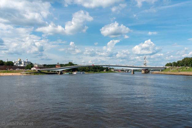 """Пешеходный """"горбатый"""" мост через реку Волхов"""