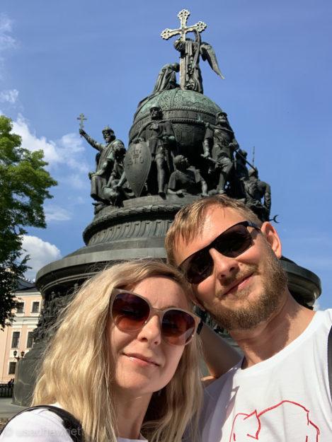 Селфи на фоне памятника Тысячелетию России