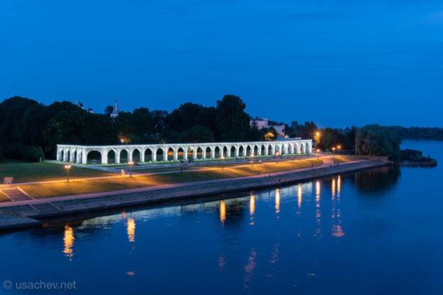 Ночная подсветка арки Гостиного двора