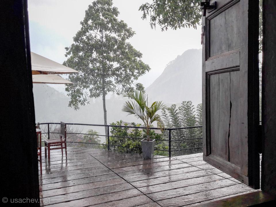 """Вид из ресторана отеля """"98 Acres Resort & Spa"""" во время дождя"""
