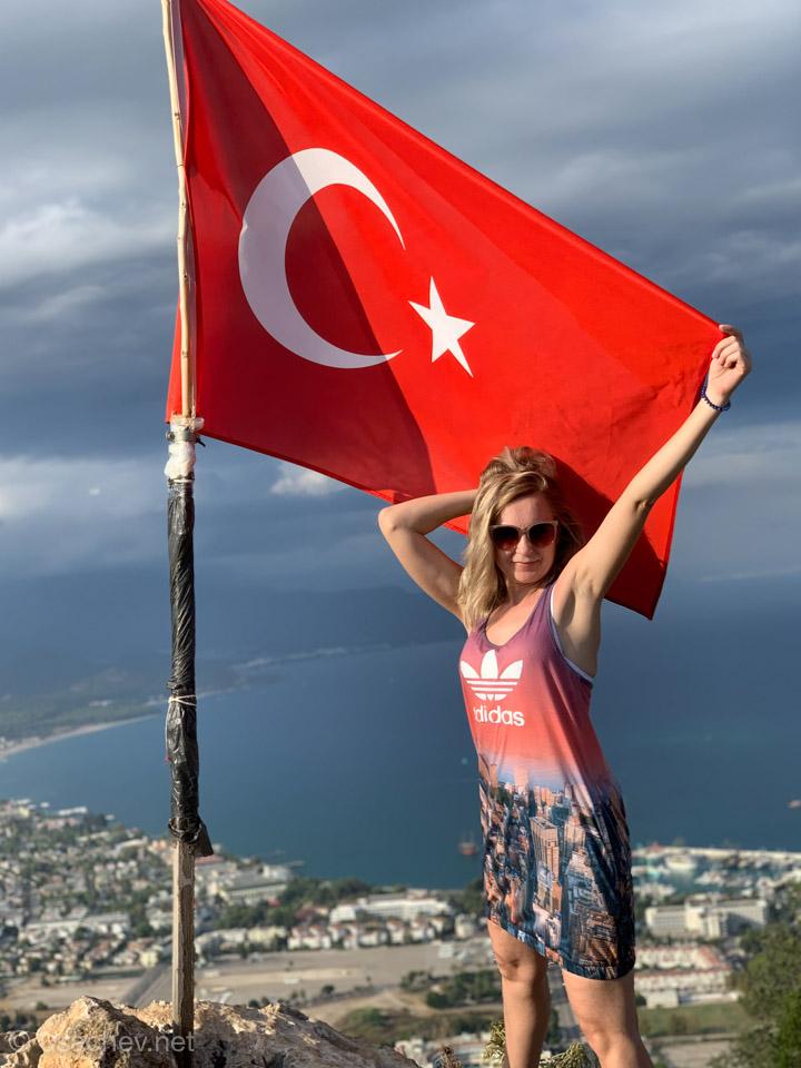 На горе с флагом