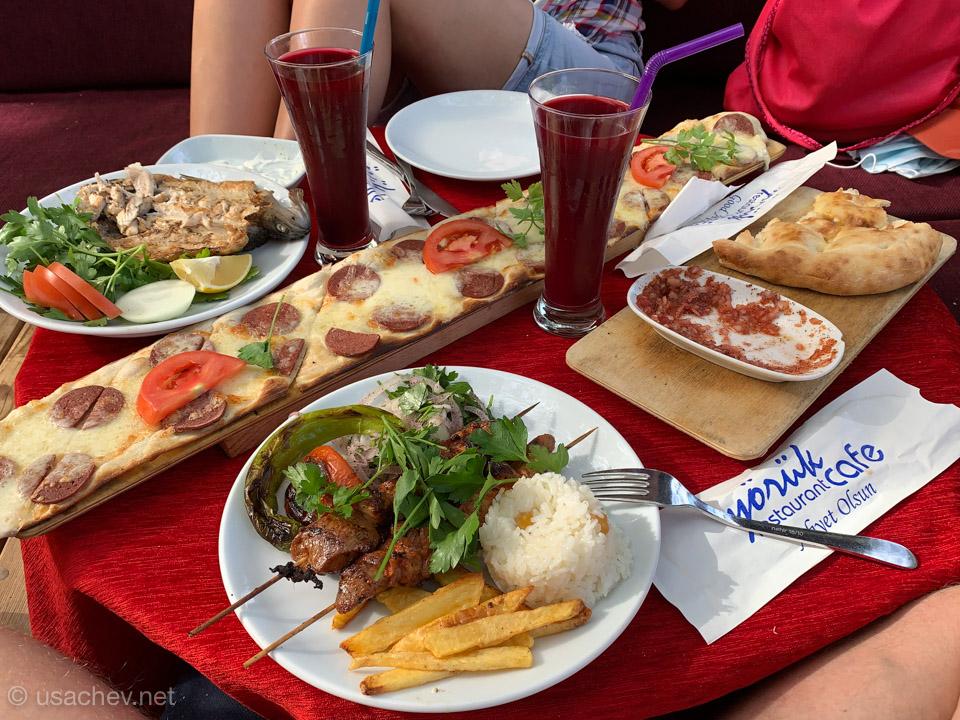 Обед с турецкой пиццой в Yörük Cafe Restaurant
