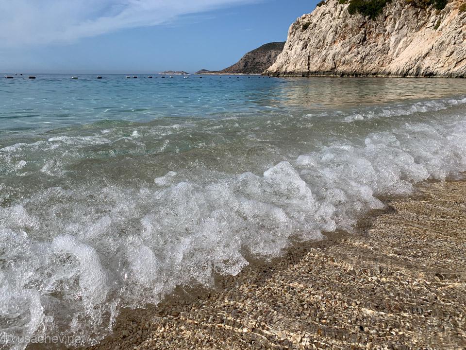 Пляж Капуташ с мелкой и приятной галькой