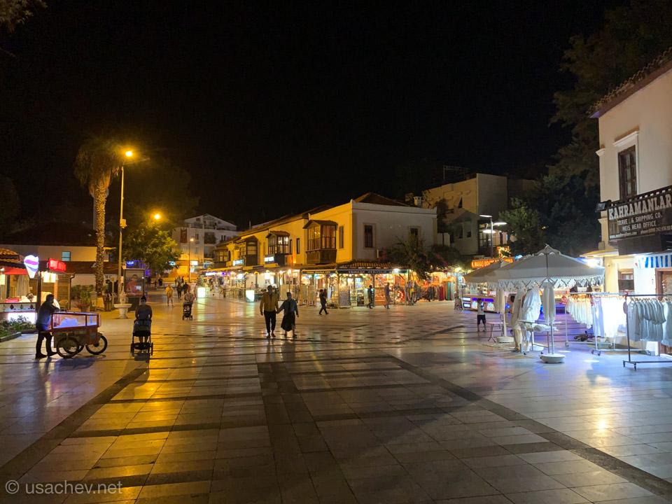Площадь города Каш вечером