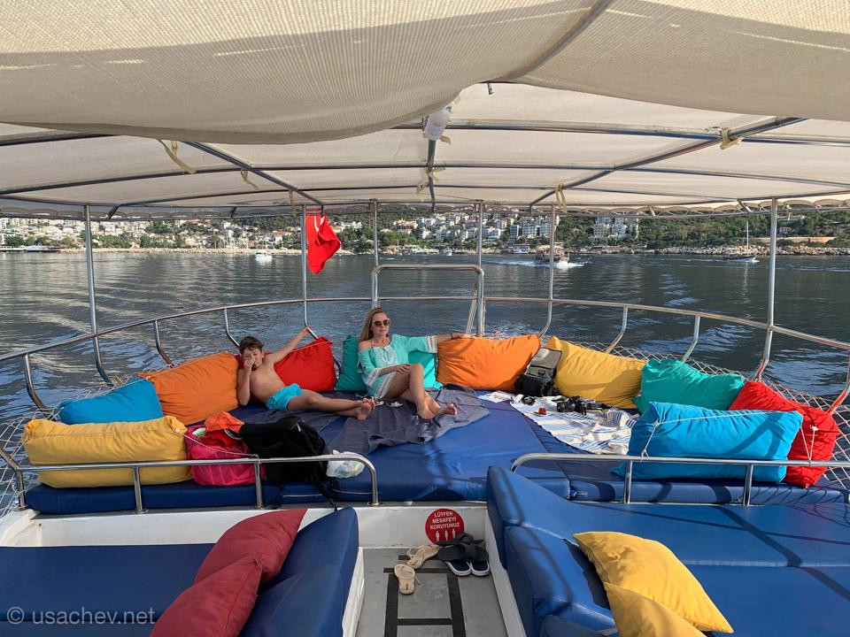 На верхней палубе яхты Dennis