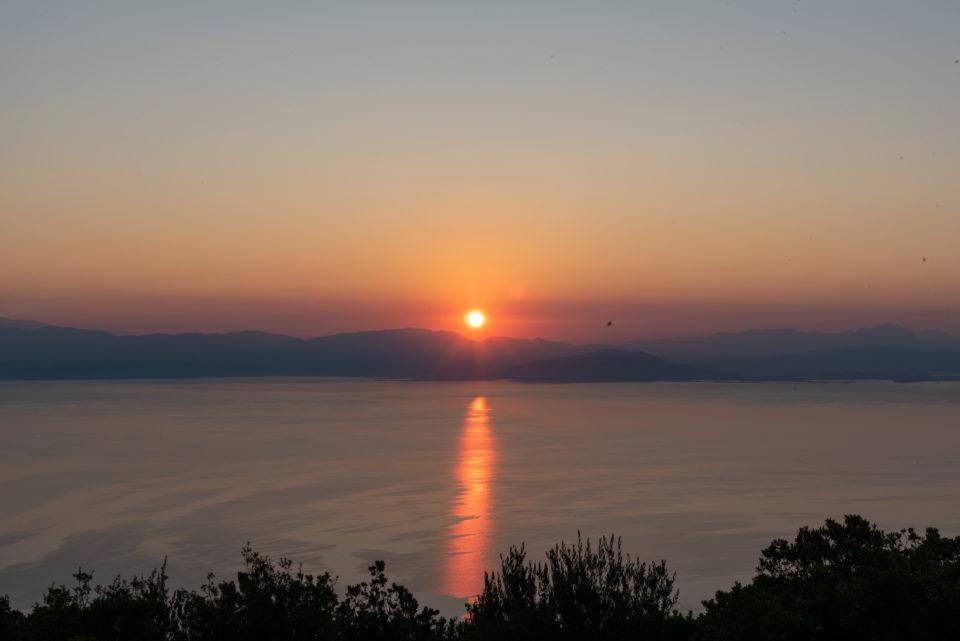 Рассвет на вершине вблизи деревни Дафната