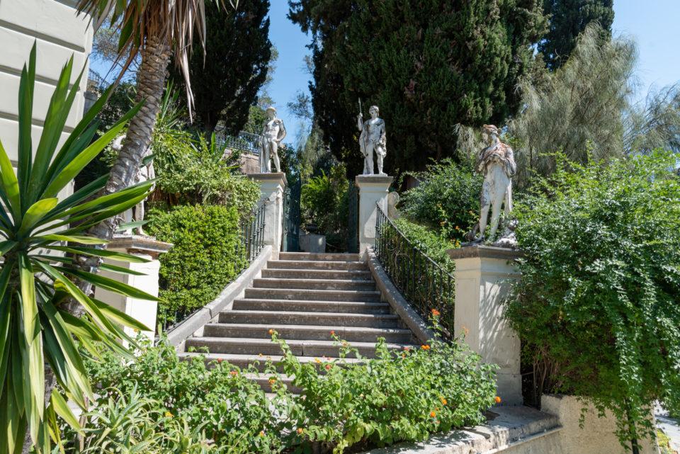 Лестница в сад дворца Ахиллеон