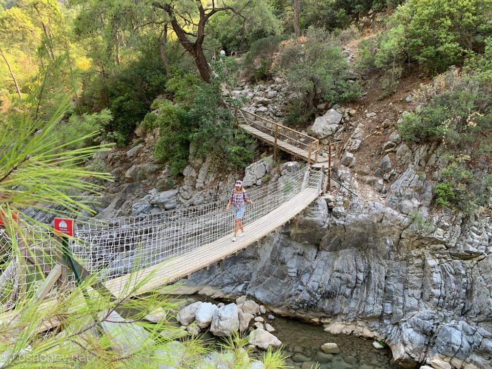 Подвесной мостик над ущельем
