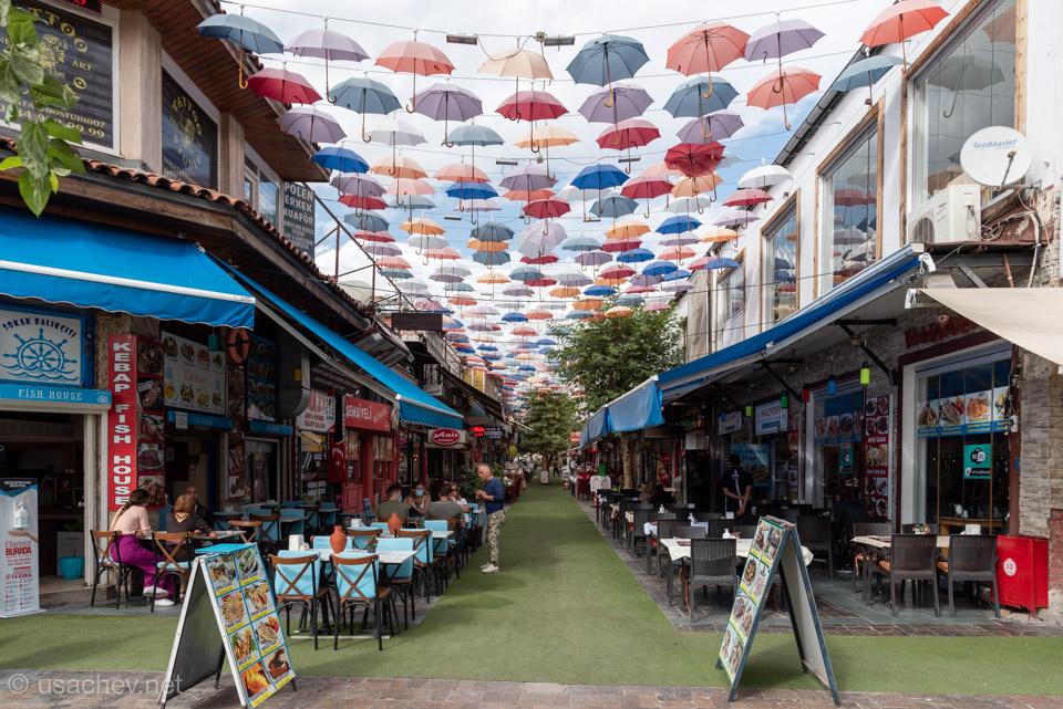 Улица с зонтиками около Калеичи
