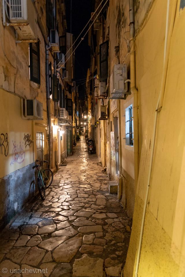Узкие ночные и безлюдные улочки Керкиры