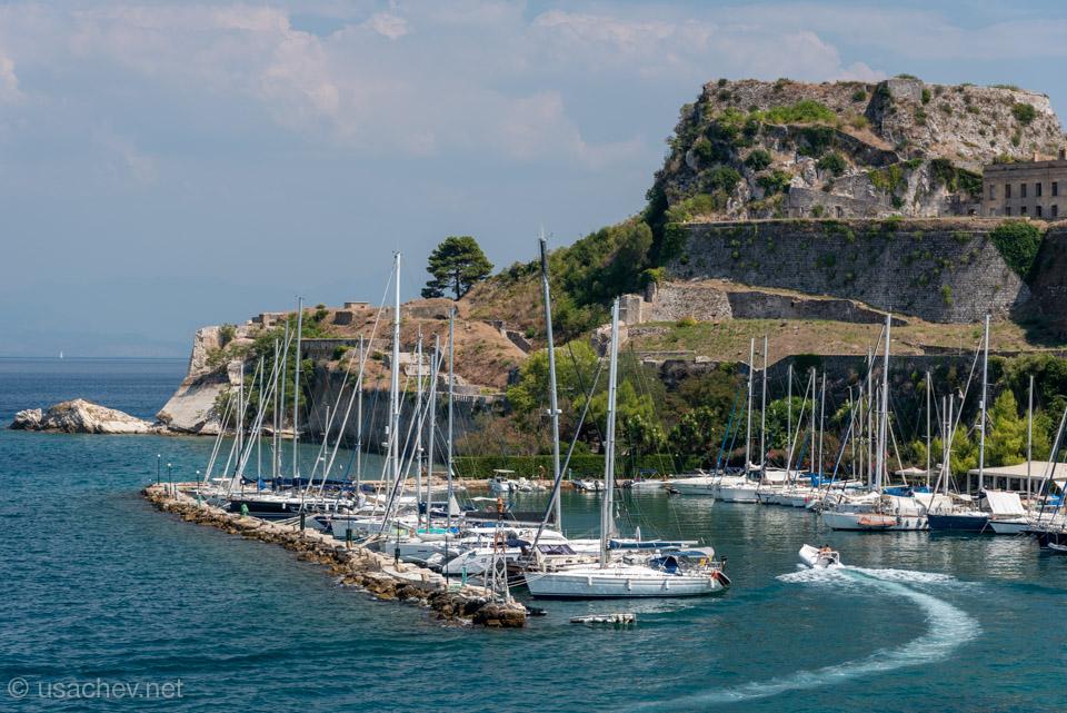 Стоянка яхт у старой крепости