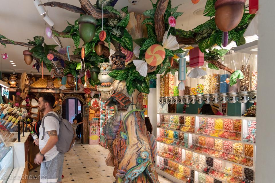 Внутри магазина сладостей Hans&Gretel